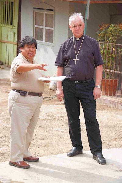 Samuel Yanez von CIDAP mit Bischof Müller in der Innenstadt Limas.