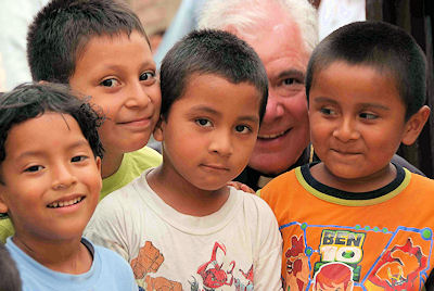 Der Bischof überrascht mit seinem guten Spanisch.