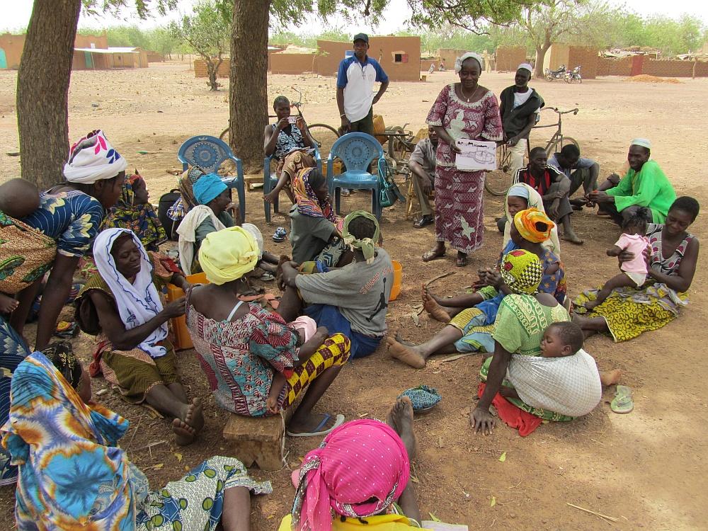 Sitzung einer Dorfgemeinschaft in Burkina Faso