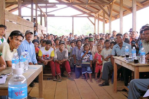 Dorfversammlung in Tanjung Madiri: Können die Bauern auch in einem Schutzgebiet weiter Reis anbauen?