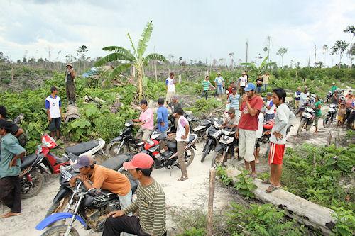 Die Dorfbewohner fühlen sich bedroht: Plötzlich versammeln sich 50 Menschen, alle auf Motorrädern, um REKI-Mitarbeiter auf den Feldern zu stellen.