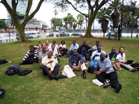 """Die """"Reisegruppe"""" vor dem Konferenzgelände in Durban."""