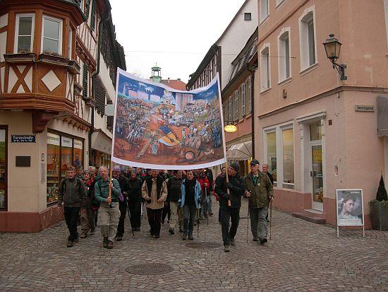 In der Hauptgeschäftsstraße von Speyer fallen die Wallfahrer auf.