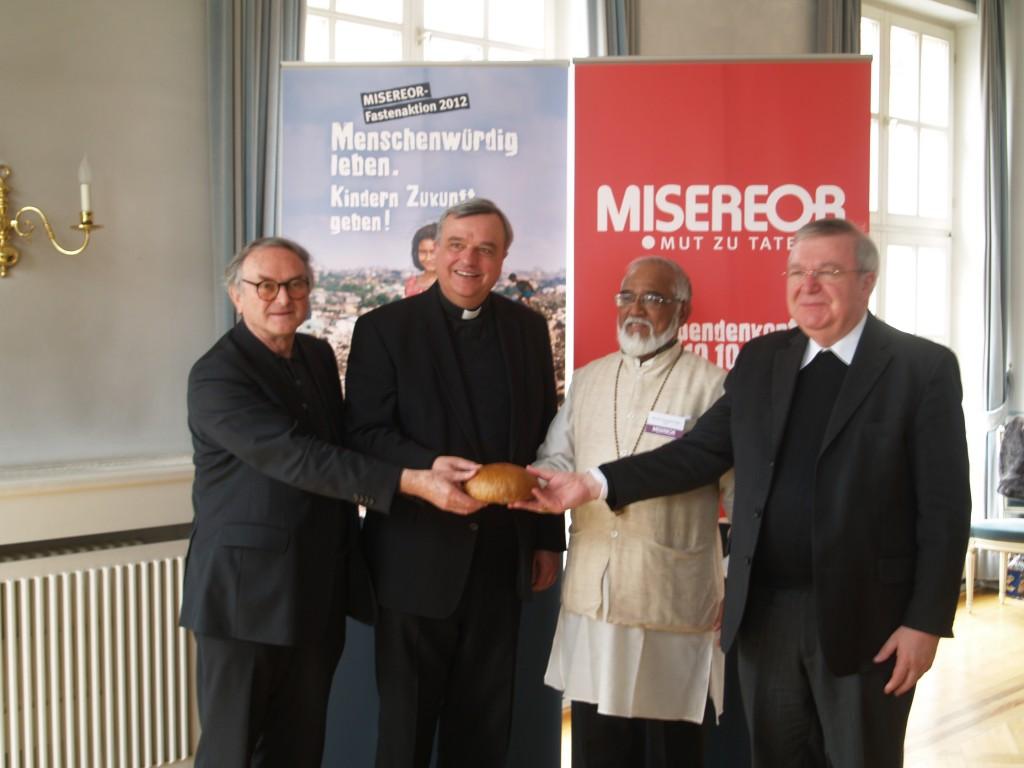 """Prälat Sayer, Bischof Wiesemann, Bischof Lobo und Weihbischof Georgens präsentierten die Aktion """"Solibrot"""""""