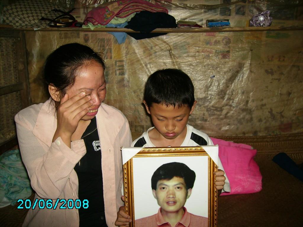 Mutter und Sohn trauern um den verstorbenen Vater.