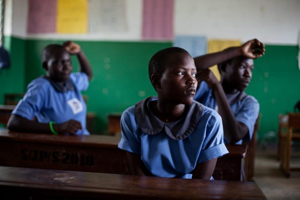 Die Schüler in der Sankt Judes Grundschule berichten von ihren traumatischen Erlebnissen während des Bürgerkriedes in Norduganda. An der Schule werden Lehrer eingesetzt, die in einem von MISEREOR geförderten Projekt zu psychologischen Beratern ausgebildet wurden.