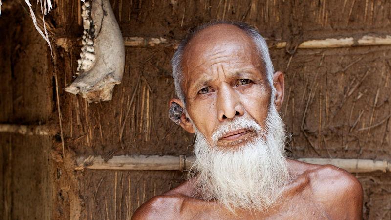 Md. Sahib Udin steht vor einer Huette in seinem Dorf Ramesharpur. (c) 2012 Kathrin Harms