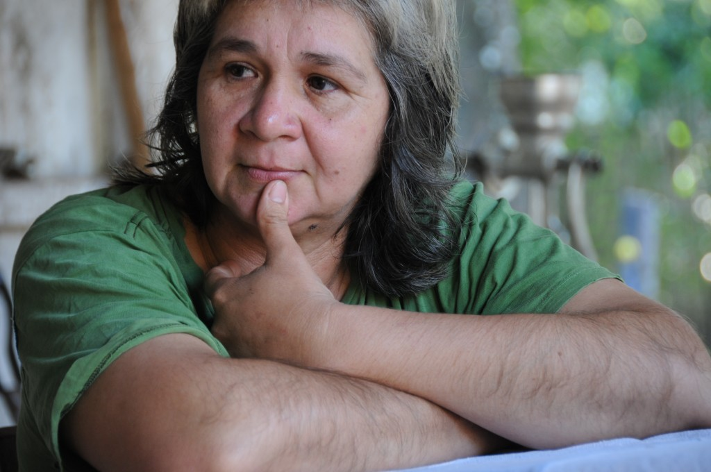 Dominga Valdez de Aquino wird traurig, wenn sie über die giftigen Anbaumethoden der Großgrundbesitzer nachdenkt! Das nächste besprühte Soja-Feld ist weniger als 1 Kilometer von ihrem Garten entfernt… Foto: Baumann/MISEREOR