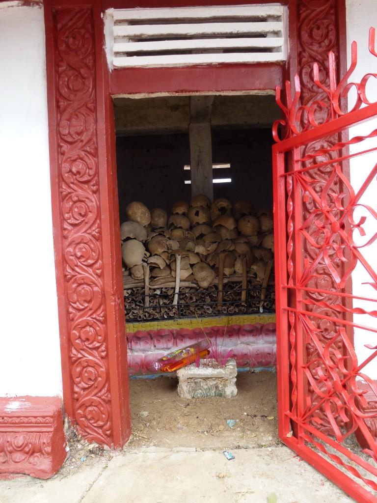 Die aufgebahrten Schädel und Knochen in der Gedenkstätte