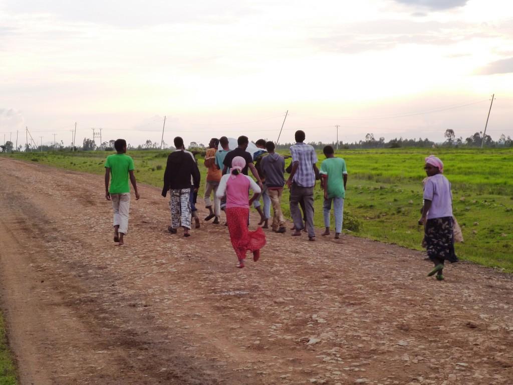 Menschen auf dem Weg zum Krankenhaus