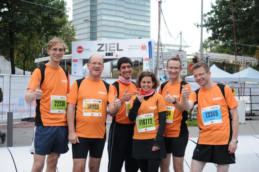 Die MISEREOR-Halbmarathonis! Rolf Giesen (zweiter von links) kurz vor dem Start beim Kölner Marathon.