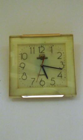 Mittags um 5:17 Uhr im OP. Sieht aus wie eine normale Uhr, und läuft doch verwirrend anders…