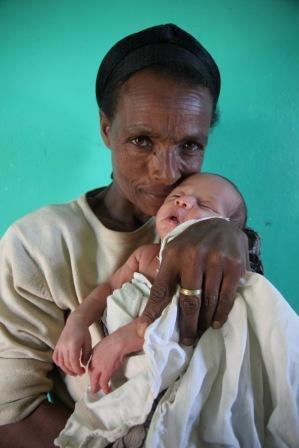 Um dieses Foto hat mich die Grossmutter gebeten und voller Stolz mit ihrem Enkel posiert. (Foto von P. Hedemann)