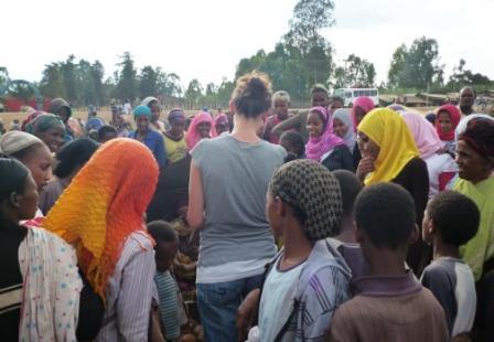 """Vierzig Frauen und Kinder """"helfen"""" mir beim Zuckerrohrkauf"""