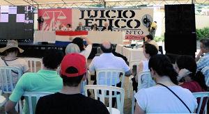 """Gerichtsverhandlung bei 36 °C auf dem """"Platz der Demokratie"""" in Asunción"""