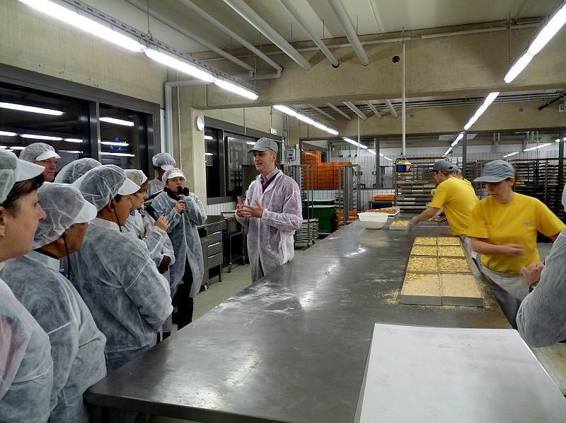 In der Großbäckerei wird deutlich, dass in der hochmodernen Produktionshalle auch heute noch viel Handarbeit stattfindet.
