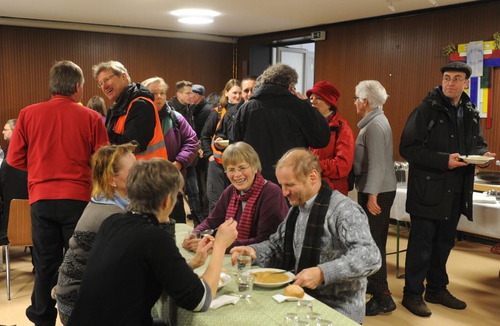 Eine warme Mahlzeit nach dem lange Marsch tut gut © Radtke/KNA