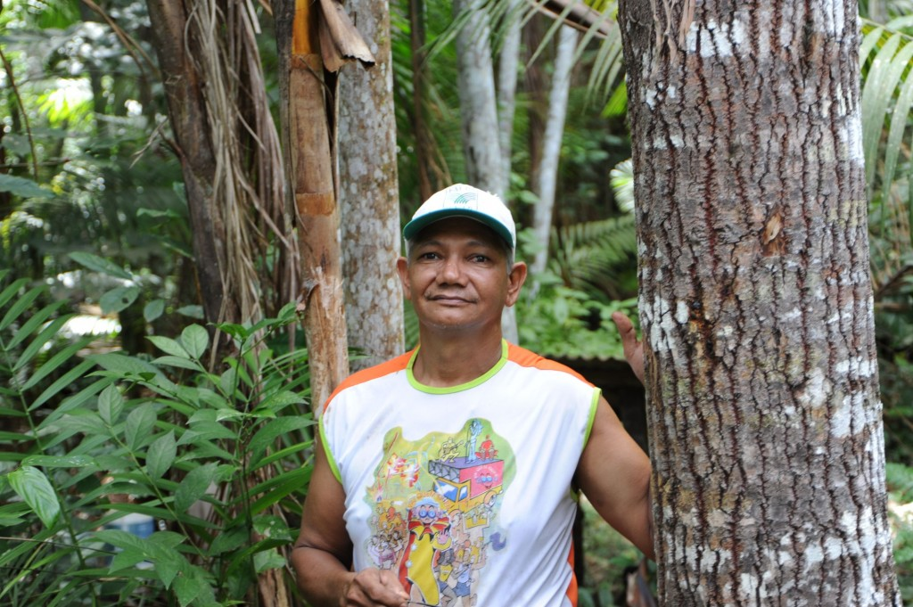 Jose Claudio an einem Paranussbaum in seinem Waldgarten © Meissner/MISEREOR