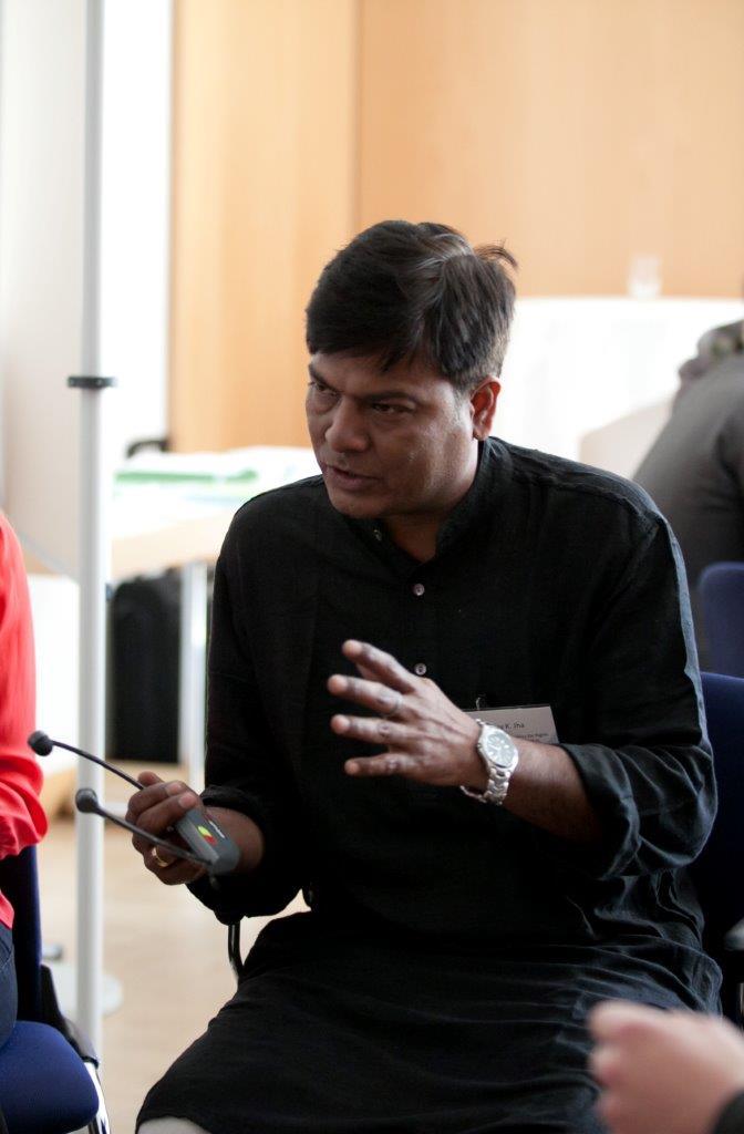 Ajay Kumar Jha von der indischen Partnerorganisation PAIRVI stellte fest, dass zwar in den letzten Jahren in Indien viel in Kraftwerke investiert wurde , aber Indien immer noch ca. 300 Millionen Menschen ohne Zugang zu Elektrizität sind. © Stephanie Leisten