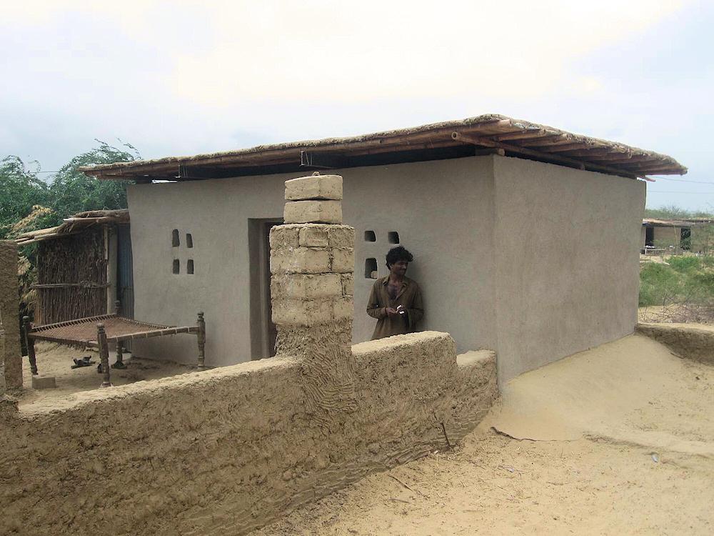 """Der Bau der neuen Häuser wird von den Familien selbst in die Hand genommen und entsteht nach dem Prinzip """"Hilfe zur Selbsthilfe"""" .© Frank Falkenburg"""
