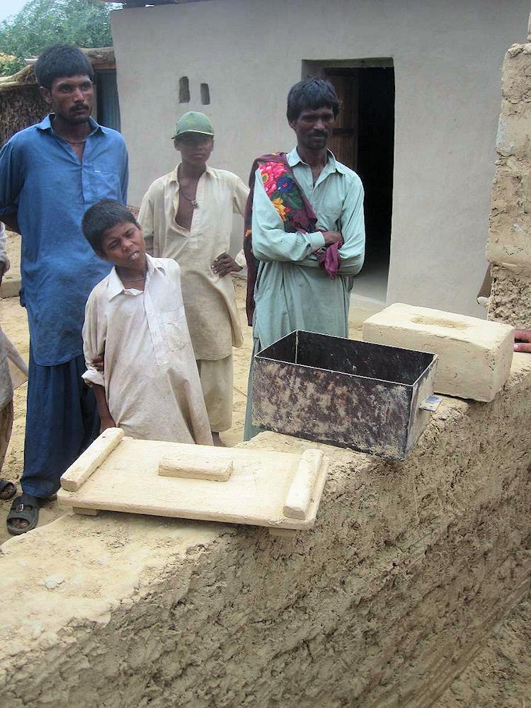 Der Wiederaufbau der Häuser findet mit traditionellen Hausbautechniken statt. © Frank Falkenburg
