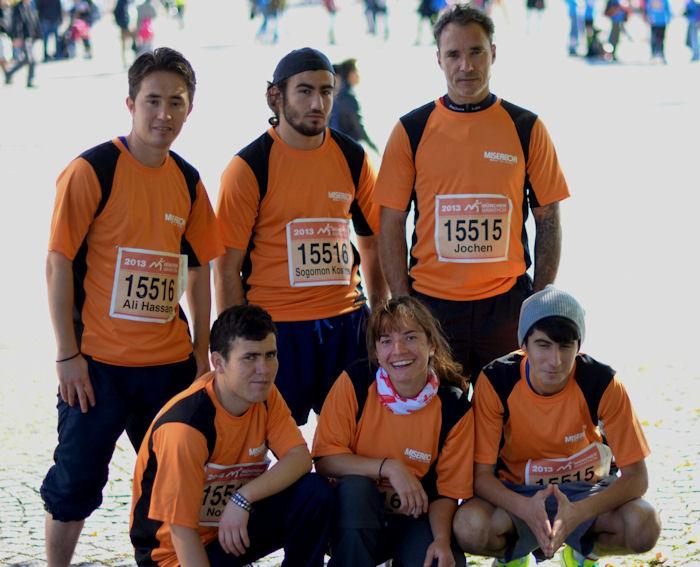 Das Staffelteam der Wohnhilfe München: MISEREOR hat den acht jugendlichen Flüchtlingen aus Afghanistan und Syrien die Marathon-Teilnahme ermöglicht.