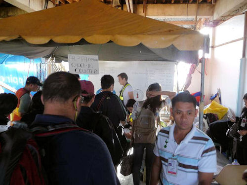 Improvisierter Check-in am zerstörten Flughafen in Tacloban.