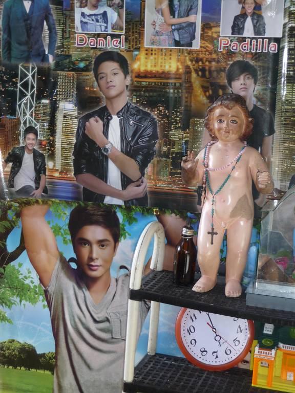 Auch die Kleidung der Jesuskind-Puppe (Bild Auch die Kleidung der Jesuspuppe muss noch trocknen, sie sei eben auch ein Taifunopfer…