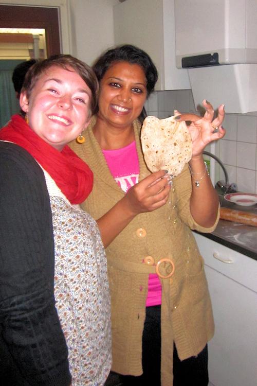 Annapia bekommt gezeigt, wie man Rotis macht.
