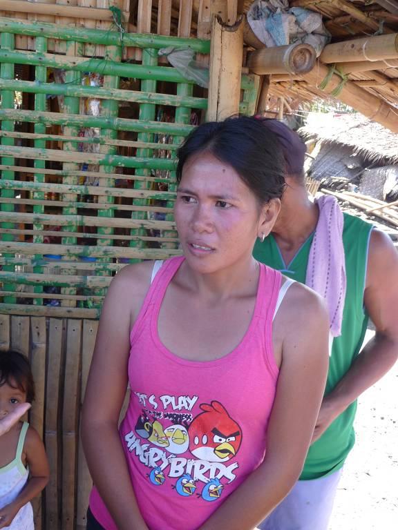 Mrs. May Villanueva bittet um Unterstützung beim Wiederaufbau der zerstörten Häuser durch den Taifun Haiyan.