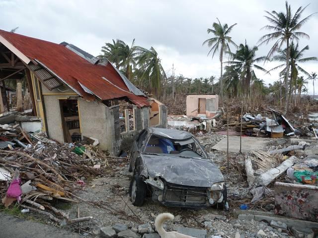 Die Häuser sind nur noch Trümmer und man blickt über ein unüberschaubares Chaos aus Steinen, Hausrat, Autos, Baumresten.