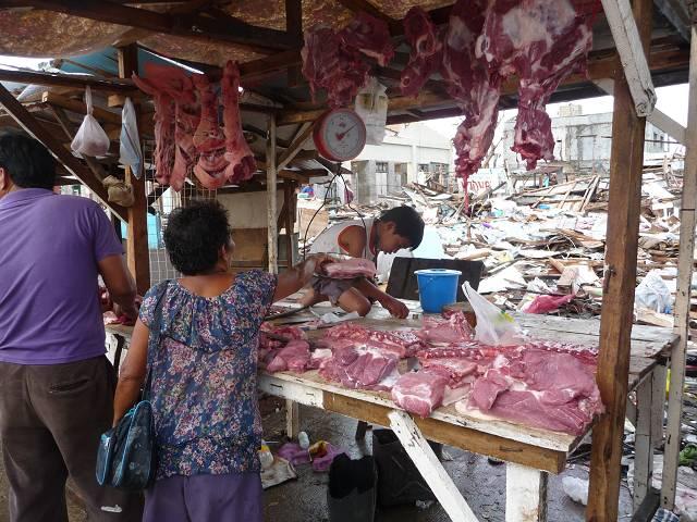 Auf dem Markt werden einige Lebensmittel angeboten, wenn auch zu sehr hohen Preisen.