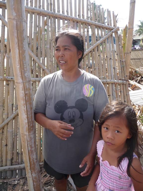 Mrs. Pedrita Pedrahas, hier mit ihrer Enkelin, konnte noch rechtzeitig ihr Fischerboot vor dem Sturm in Sicherheit bringen. Jedoch wurde ihre Wohnungseinrichtung komplett zerstört.
