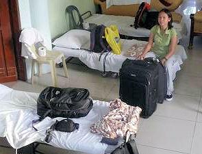 Feldbetten in einem Schlafraum in Tacloban.
