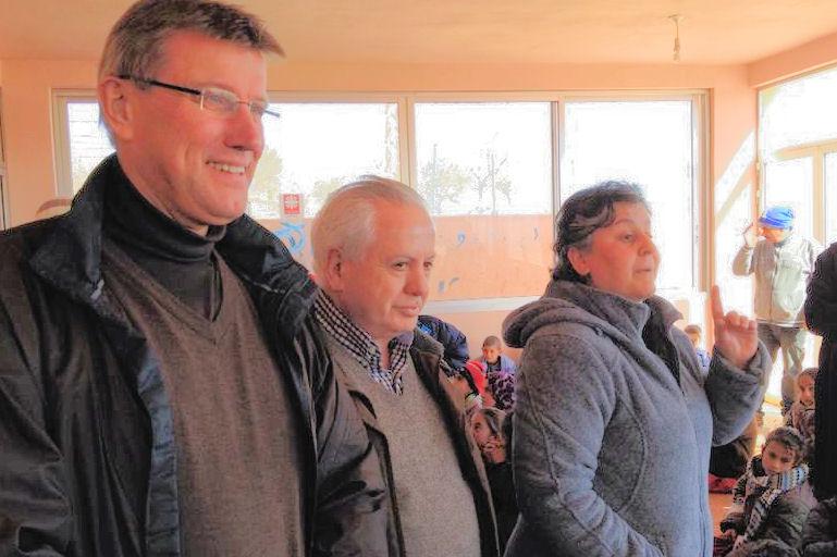 Martin Bröckelmann-Simon, Kamal Abdel Nour vom Misereor- Partner PMP und Schwester Micheline Lattouf, der guten Seele des Flüchtlingsdorfes.
