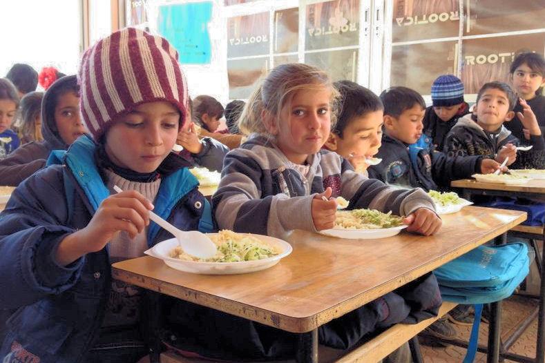 Flüchtlingskinder bei der Schulspeisung