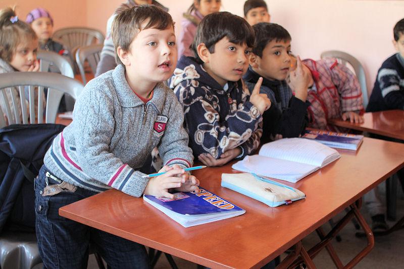 In Syrien war der Schulweg im Geschosshagel zu gefährlich. Jetzt haben die Kinder durch die Behelfsschule von JRS wieder die Möglichkeit zu lernen.