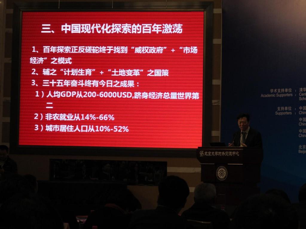 He Daofeng während seiner Rede.