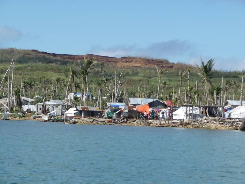Eine fast paradiesisch anmutende Idylle? Je mehr wir uns der Insel nähern, weicht dieser Eindruck einem gänzlich anderen Szenario. Häuserruinen, enthauptete Palmen, die hölzernen Überreste von Fischerbooten.