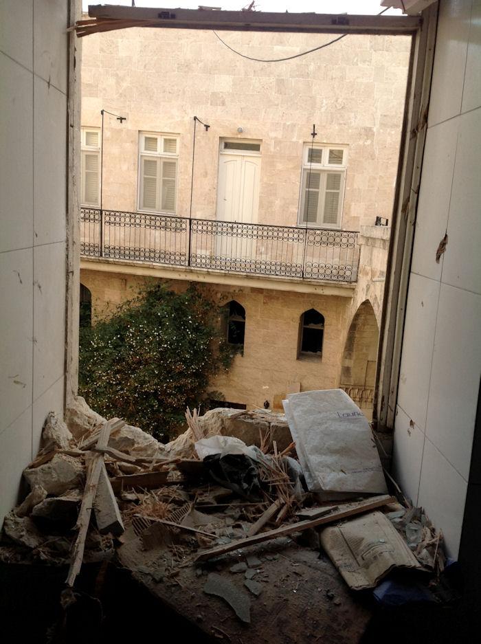 Nach einem Bombenanschlag - alles zerstört.