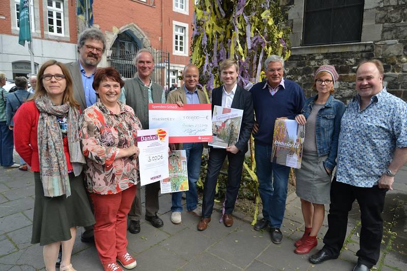 3.000 Euro spendeten Aachener Geschäftsleute im Rahmen der MISEREOR Maibaum-Aktion.