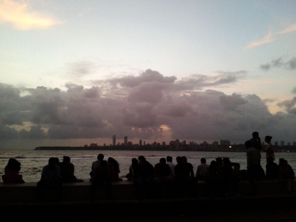 Wolken über der Bucht von Mumbai am Abend