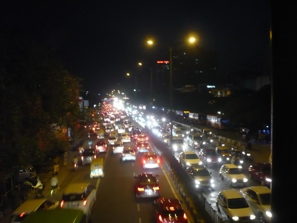Verkehr in Delhi im Dunkeln