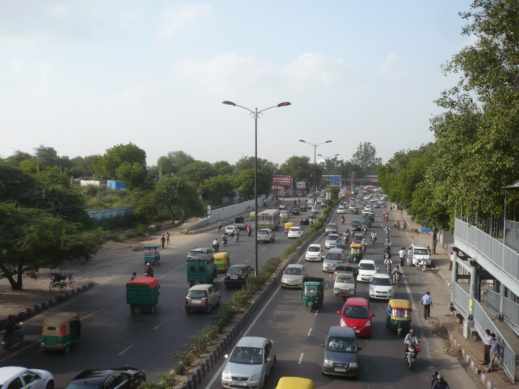 Verkehr in Delhi im Hellen