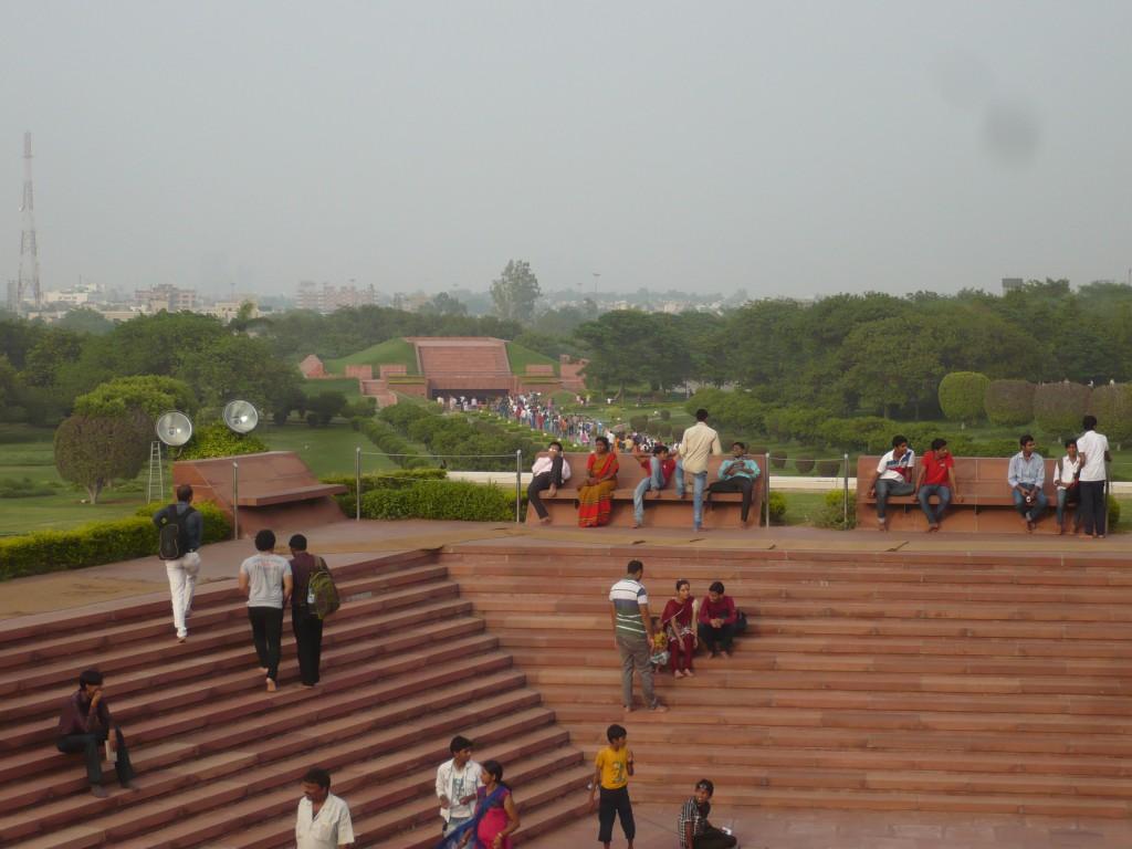 Das Bild zeigt den Weg zum Tempel und einen Teil des Parks