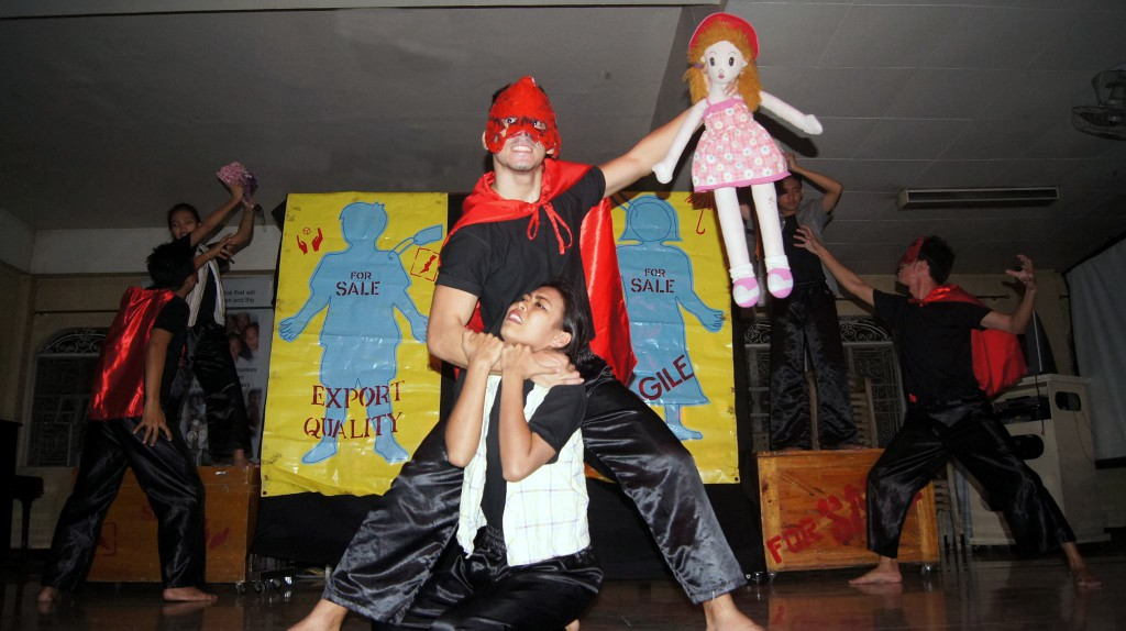 """""""Eure Träume sind mein!"""" Celina (mitte), Sabel (links) und Dodong (rechts) wurde beinahe ein Teil ihrer Kindheit genommen"""