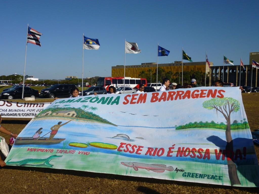 """Die Bewegung """"movimiento tapajós vivo"""" setzt sich für den Erhalt des Flusses Rio Tapajós (einer der größten Nebenflüsse des Amazonas) und dessen Völker ein. Auf dem Plakat steht: """"Amazonien ohne Staudämme. Dieser Fluss ist unser Leben"""""""
