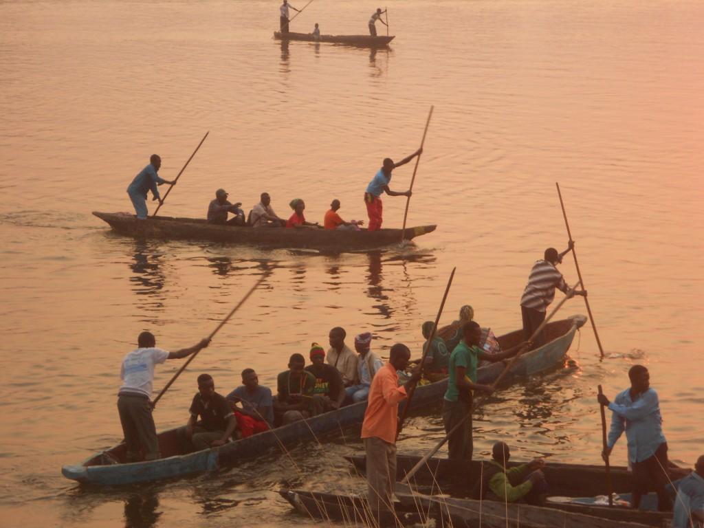 Kanus auf dem Zambesi river- eine wacklige Angelegenheit