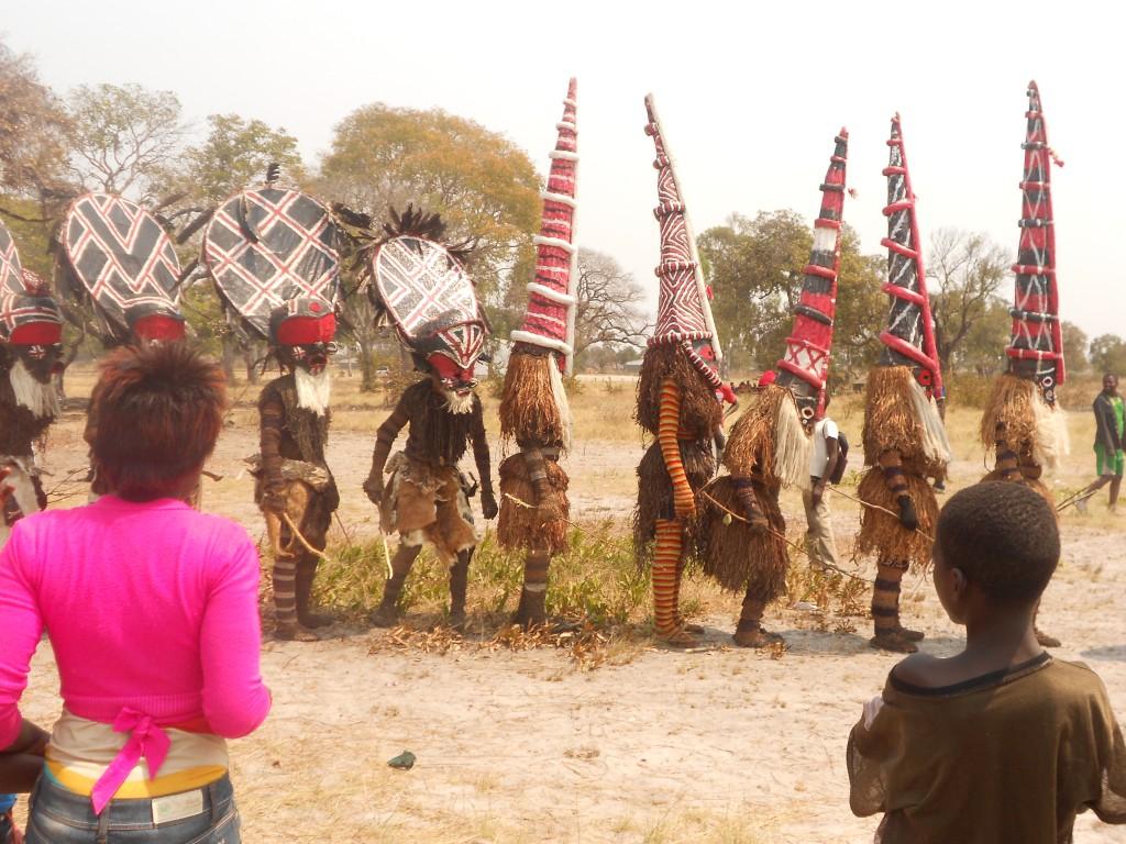 Makishi-Prozession zum Stammesoberhaupt