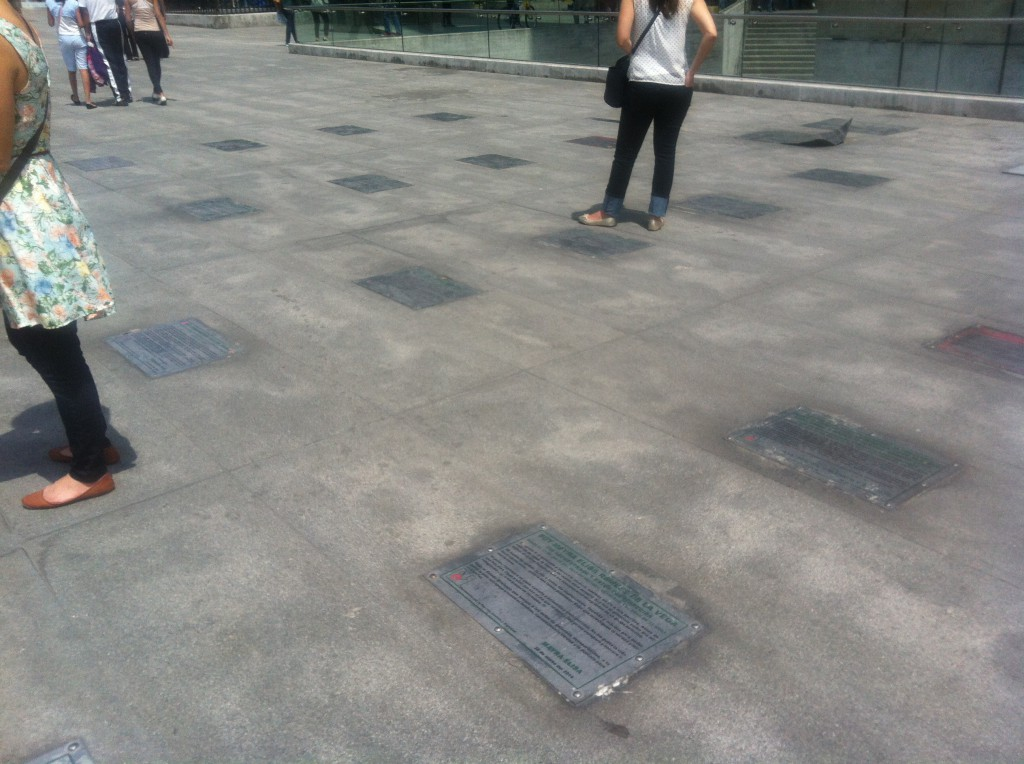 Gedenken an die Verschwundenen - Plaketten im Boden
